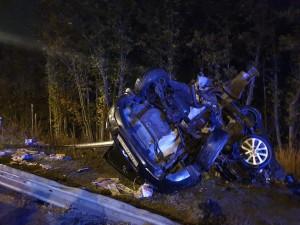 """Девушка-водитель, управляя автомобилем """"Мазда"""", не справилась с управлением и врезалась в световую опору."""
