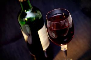 Каждый одиннадцатый мужчина снимает стресс перед собеседованием алкоголем