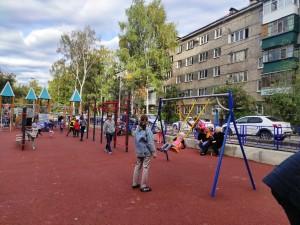 В Октябрьском районе открыли дворовую территорию, благоустроенную по программе «Формирование комфортной городской среды»