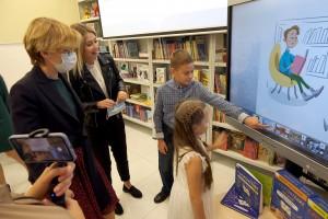 Юные читатели организовали для гостей экскурсию по обновленным залам.