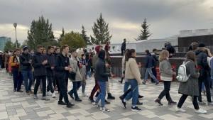 Чтобы почтить память погибших, сюда пришли учащиеся вузов и ссузов города.
