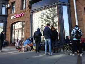 В Москве начали продавать места в очереди за iPhone 13