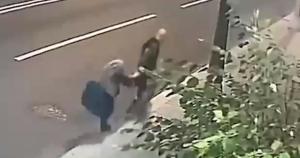 22-летний грабитель не смог вырвать сумку из рук пенсионерки.