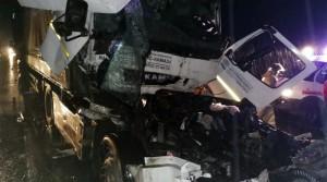 Водитель второго автомобиля оказался зажатым в кабине тягача.