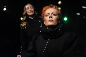 В своем спектакле режиссер Денис Бокурадзе предлагает зрителям стать участниками судебного процесса по делу Марии Стюарт.