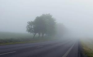 Главными критериями безопасного движения на автомобиле во время тумана являются: оптимальная для таких условий скорость, повышенное внимание и аккуратность