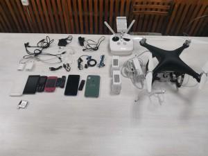 При себе они ещё и пакет, в котором обнаружены шесть сотовых телефонов, два зарядных устройства, три гарнитуры, десять USB кабелей и МP3 плеер.