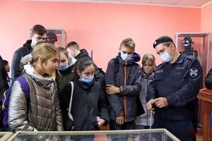 В ходе экскурсии школьники смогли побывать в музее боевой славы отряда, где им рассказали об истории подразделения.