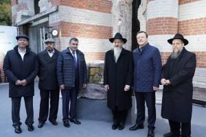 В нейприняли участие губернатор Дмитрий Азаров, главный раввин России Берл Лазар и депутат Госдумы Александр Хинштейн.