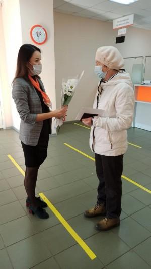 В этот день в офисах компании пенсионеры получили оперативное обслуживание, цветы и хорошее настроение.