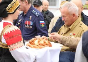 В речном порту под Самарой ветеранов встретили с хлебом и солью, под музыкальное сопровождение военного оркестра.