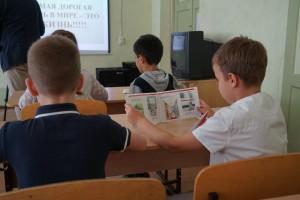 Школьников приглашали на экскурсии в железнодорожные музеи, по территории вокзалов и локомотивных депо, проводили для них уроки безопасности в школах .