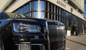 Помимо обычных версий автомобилей Aurus, в автосалоне можно заказать бронированную версию модели Senat.