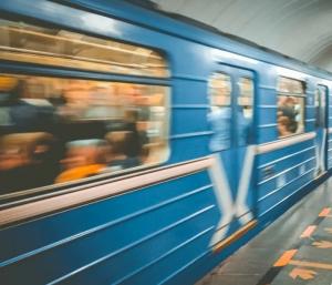 Девушка нажала тревожную кнопку в поезде, выбежала вслед за нападавшими из вагона и указала на них сотрудникам правоохранительных органов.