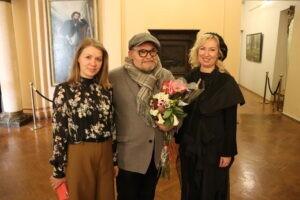 После радушной встречи почетный гость отправился на недавно открывшуюся юбилейную выставку своего отца.