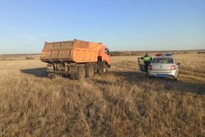 Сотрудники Госавтоинспекции попытались остановить грузовой автомобиль, но водитель на требование никак не отреагировал и попытался скрыться.