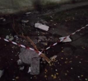 В Сызрани отвалившийся кусок облицовки 5-этажного дома рухнул на автомобиль