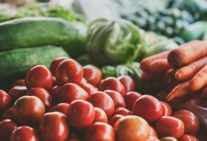Если в ближайшие две-три недели погода будет благоприятной, убрать весь урожай получится достаточно быстро, и цены производителей постепенно начнут снижаться.