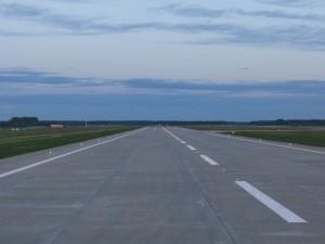 В самарском аэропорту Курумоч заработала новая взлетно-посадочная полоса Протяженность полосы — 3001 метр, ширина — 45 метров.
