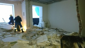 Было обнаружено, что взрыв повлек за собой не только разрушение места аварии, но и смещение межуровневых плит, в результате чего в квартире этажом ниже произошло провисание потолка на 5-8 см.