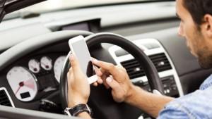 Во Франции запретили пользоваться смартфонами в автомобилях