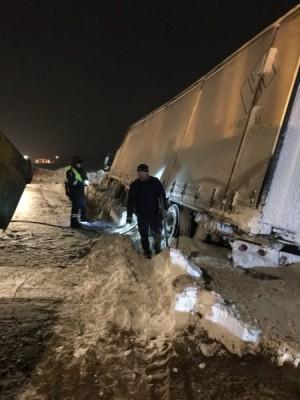 В Самарской области на трассе М5 инспекторы ГИБДД вызволили из снежного плена водителя большегруза