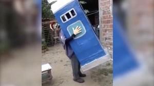 Костюм «человека-туалета» назвали лучшим в мире Он состоит из макета биотуалета, в котором «сидит» человек.