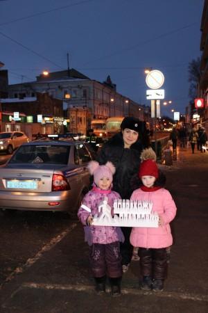 Мероприятие направлено на популяризацию использования участниками дорожного движения световозвращающих элементов в темное время суток, и намеренно проходило в вечернее время на главной пешеходной улице города.