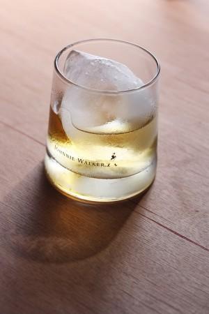 Снижение цен на алкоголь аналитики объясняют большими предновогодними скидками.