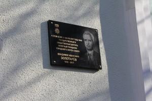 Памятный знак было решено установить на фасаде дома на Ульяновской, 19, в котором проживал Владимир Иванович.