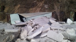 Ледоход раздавил гаражи с лодками на берегу Волги под Сызранью