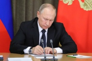 Согласно документу, за правонарушения в сфере госзакупок и подкуп должностных лиц будут наказывать штрафами до полумиллиона рублей и тюрьмой.