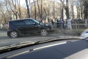 На Советской Армии в Самаре пьяный водитель столкнулся с двумя авто и врезался в дорожное ограждение
