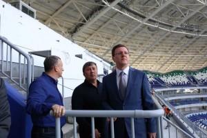 Дмитрий Азаров отметил, что продолжаются работы по благоустройству территорий как прилегающих к стадиону, так и в городе в целом.