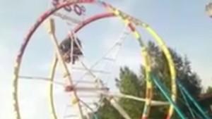 В Новосибирске посетители аттракциона зависли вниз головой на верхней точке Спасли застрявших случайные прохожие.