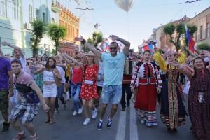 В Самаре состоялось шествие-флешмоб в поддержку сборной России по футболу: ФОТО