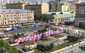 В центре Москвы, на Триумфальной площади, хорватские болельщики развернули плакат в цветах герба страны со словами благодарности России.