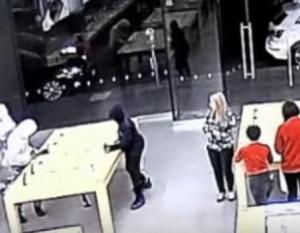 Четверо подростков за 30 секунд ограбили магазин на 27 тысяч долларов Они унесли с собой 26 гаджетов.