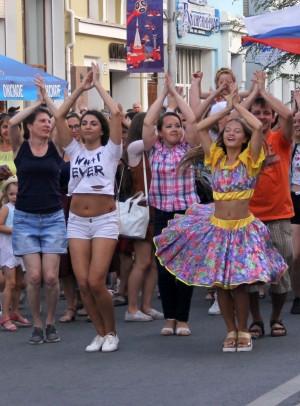 Танцевальный парад-флэшмоб на ул. Куйбышева в Самаре: ФОТО Участники в танце прошли до Струковского сада.
