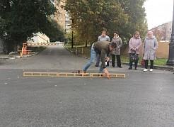 На проезжей части отремонтировали дорожное полотно (верхний слой покрытия) и порядка 30-ти смотровых колодцев. Также общественники обратили внимание на ливневую канализацию.